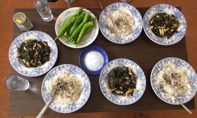 Malve Molokhia mit Reis, Hähnchen und Paprika. Foto: Schlichting